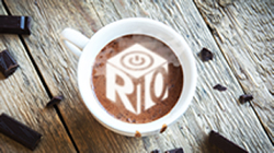 Coffee cup with R10 logo in the coffee foam.
